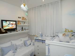 Apartamento Ipanema: Quarto infantil  por EMMILIA CARDOSO DESIGNERS ASSOCIADOS,Clássico