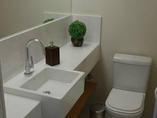 Apartamento Maça Verde: Banheiros  por EMMILIA CARDOSO DESIGNERS ASSOCIADOS