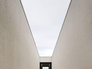 House in Barcelos, Portugal Pasillos, halls y escaleras minimalistas de Rui Grazina Architecture + Design Minimalista