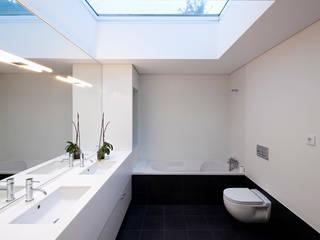 House in Barcelos, Portugal Rui Grazina Architecture + Design Salle de bain minimaliste