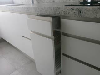 Negro, blanco y gris: una mezcla que realza una cocina: Cocina de estilo  de Cocinasconestilo.net