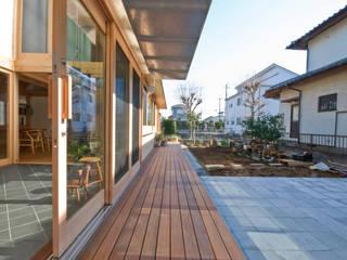 柏の平屋 ねじれ屋根のせ: 千田建築設計が手掛けた庭です。