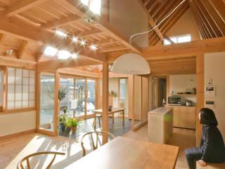 柏の平屋 ねじれ屋根のせ: 千田建築設計が手掛けたダイニングです。