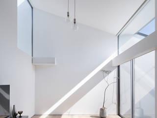 Livings de estilo moderno de プラスアトリエ一級建築士事務所 Moderno