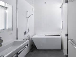 水廻り: プラスアトリエ一級建築士事務所が手掛けた浴室です。