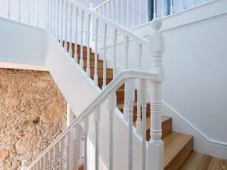 Minimalist corridor, hallway & stairs by BLK-Porto Arquitectura Minimalist
