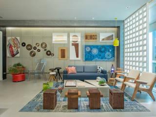 Industrialne domowe biuro i gabinet od Emmilia Cardoso Designers Associados Industrialny