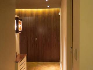 現代風玄關、走廊與階梯 根據 Estudio de iluminación Giuliana Nieva 現代風