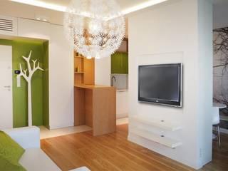Mieszkanie z motywem drzewa Nowoczesny salon od Nolk Plan Nowoczesny