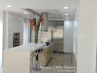 Cocinas Integrales Olmedo Ortiz Sierra Modern style kitchen Wood White