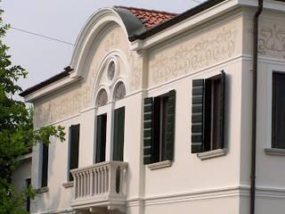 Particolari di fregi per facciate esterne di Sulla Soglia decorazioni artistiche. Classico