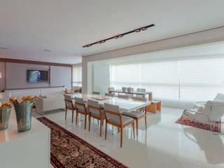 Integração sala jantar e varanda: Salas de jantar  por Escritório de Design Edwiges Cavalieri