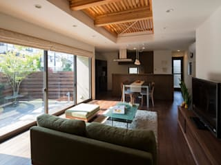 Eclectic style living room by アトリエ・ブリコラージュ一級建築士事務所 Eclectic Wood Wood effect