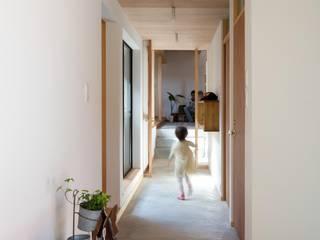 Corridor, hallway by アトリエ・ブリコラージュ一級建築士事務所