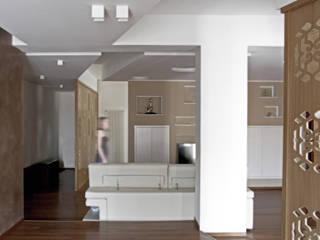 Casa K: Soggiorno in stile in stile Eclettico di Domenico Architetto Moschetto
