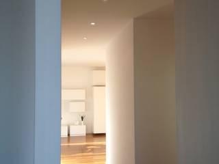 Pasillos, halls y escaleras minimalistas de stefania pellegrinelli+architect Minimalista