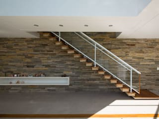 Residência Paulinia: Corredores e halls de entrada  por JAA Arquitetos,