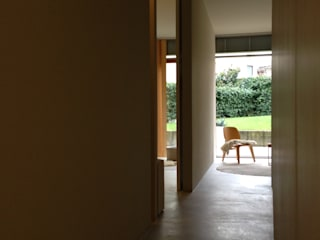 Minimalist corridor, hallway & stairs by stefania pellegrinelli+architect Minimalist