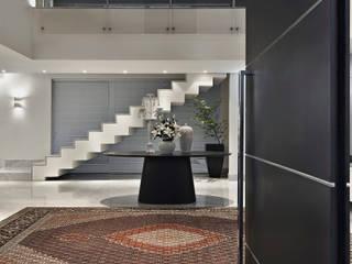Hall de Entrada: Corredores e halls de entrada  por Escritório de Design Edwiges Cavalieri