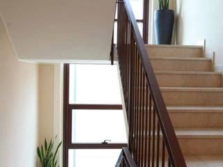 2P COSTRUZIONI srl Pasillos, vestíbulos y escaleras de estilo moderno