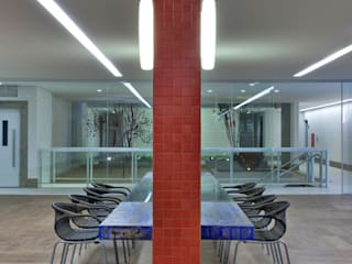 Edifício Vila da Serra Spa moderno por Lapertosa e Figueiredo Moderno