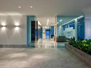 Edifício Vila da Serra Corredores, halls e escadas modernos por Lapertosa e Figueiredo Moderno