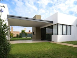 Minimalist house by LATERAL Arquitectos Minimalist