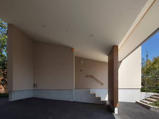 高台の家: Atelier Squareが手掛けた廊下 & 玄関です。,モダン