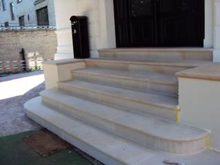 Treppen aus Naturstein Riedel Naturstein Moderner Balkon, Veranda & Terrasse