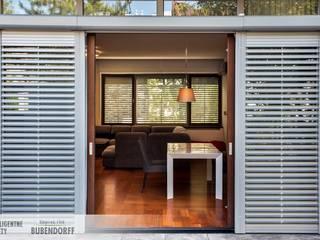 Inteligentne rolety zewnętrzne ACTIV'HOME: styl , w kategorii Domy zaprojektowany przez Inteligentne Rolety Bubendorff