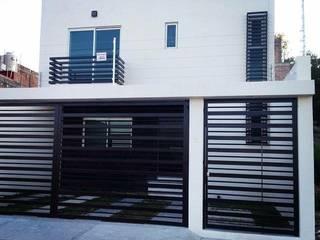 Minimalist balcony, veranda & terrace by Grupo Arquitech Minimalist