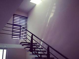 Minimalist corridor, hallway & stairs by Grupo Arquitech Minimalist