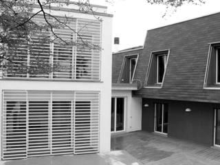 IpoHouse-Costruire sotto Case moderne di SANTACROCEARCHITETTI Moderno