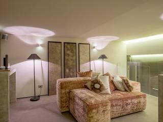 Room 230: Soggiorno in stile  di Elena Kihlman