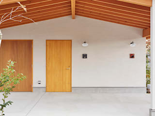 一級建築士事務所co-designstudio Scandinavian style garage/shed Wood White