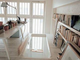 Transformation d'un atelier en appartement à Paris Bureau minimaliste par 111 architecture Minimaliste