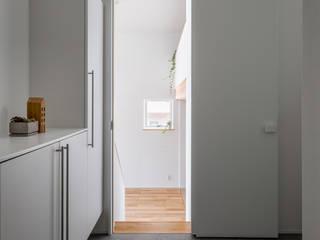 Pasillos, vestíbulos y escaleras modernos de 内田雄介設計室 Moderno