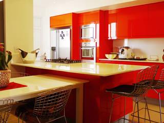 STUDIO LUIZ VENEZIANO Modern style kitchen Engineered Wood Red