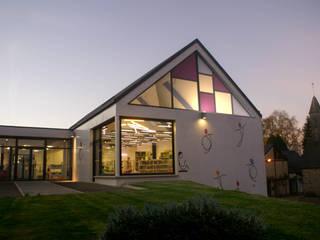 Construction du pôle de jeunesse et culture à Isigny le Buat Ecoles originales par Camélia Alex-Letenneur Architecture Design Paysage Éclectique