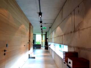 Moderner Flur, Diele & Treppenhaus von seweryn pracownia Modern