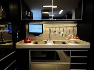 Cocinas de estilo moderno por T+H arquitetura & interiores