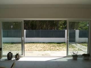 House - Carrasqueira, Sesimbra: Jardins  por QFProjectbuilding, Unipessoal Lda,Moderno