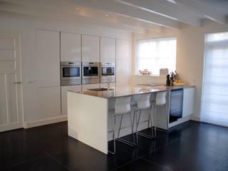 Keuken met kook- schiereiland:  Keuken door Kars bouwadviseur en -begeleider