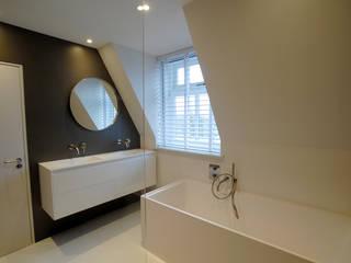 Badkamer met dakkapel:  Badkamer door Kars bouwadviseur en -begeleider