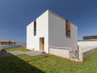 House in Ajuda: Casas  por Studio Dois,Moderno