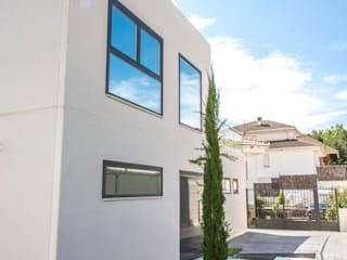 Fachada en hormigón blanco: Casas de estilo  de MODULAR HOME