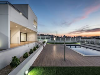 Zona de piscina.:  de estilo  de Urbalex Costa Blanca