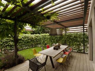 Giardini Segreti a Mantova Balcone, Veranda & Terrazza in stile moderno di SDC-Milano Moderno