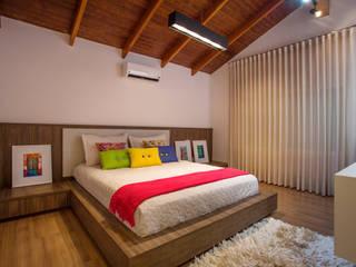 Interior da suíte da filha: Quartos  por Cabral Arquitetura Ltda.,Tropical Madeira Efeito de madeira