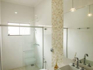 Phòng tắm phong cách hiện đại bởi Arch & Design Studio Hiện đại
